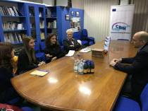AMERICAN DIPLOMAT MEETS YOUTH IN MITROVICA